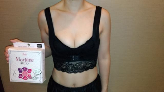 Moriage加圧ブラを着る女性