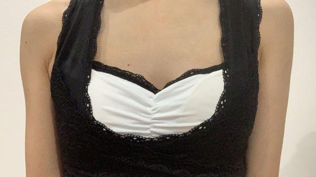 つけナイトブラを着用している女性